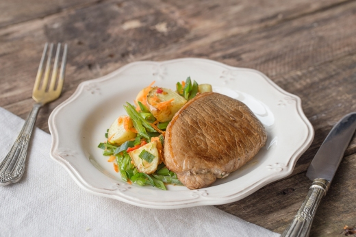 Juicy Pork Steak with Crunchy Asian Salad ›› http://bit.ly/1AM45em